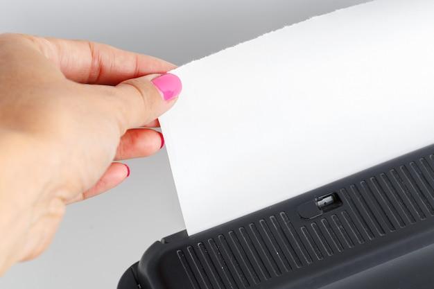 Altes faxgerät auf dem tisch