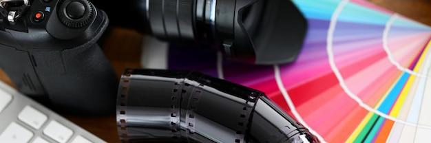 Altes filmband, das auf buntem fantail mit silberner tastatur liegt