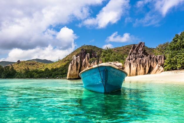 Altes fischerboot am tropischen strand