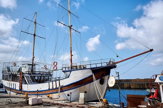 Altes fischerboot in einem hafen am abend
