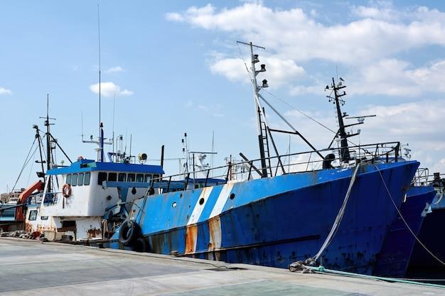 Altes fischerschiff in einem hafen am abend