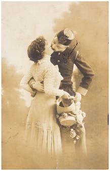Altes foto von frau und mann in militärkleidung zu küssen. anschauliches bild, thema von menschlichem interesse