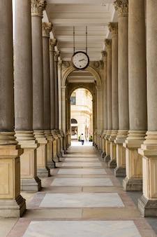 Altes gebäude mit steinsäulen, karlsbad, tschechische republik, europa.