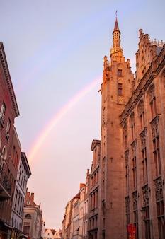 Altes gebäude und regenbogen am burgplatz