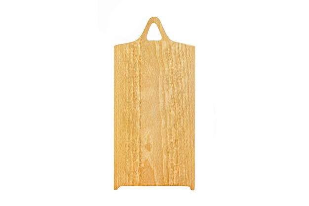 Altes gebeiztes sauberes leeres rechteckiges hölzernes schneidebrett lokalisiert auf weiß in einer schrägen ansicht des niedrigen winkels für lebensmittelplatzierung.