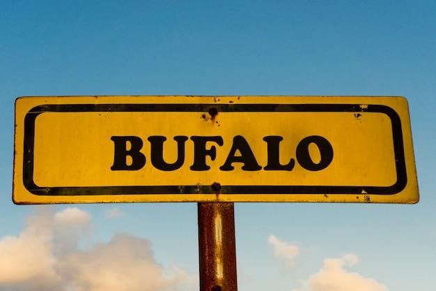 Altes gelbes schild der stadt bufalo mit blauem himmel