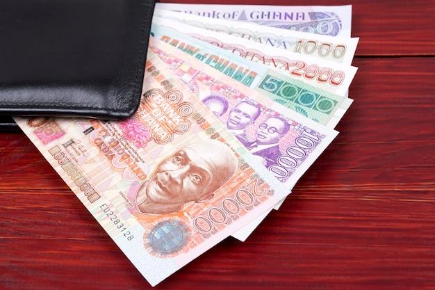 Altes ghanaisches geld in der schwarzen brieftasche