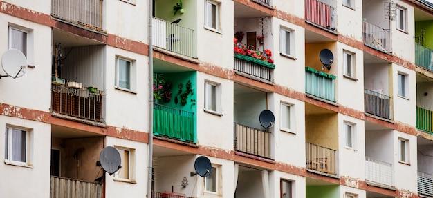 Altes haus aus den 70er jahren mit wohnungen und balkon