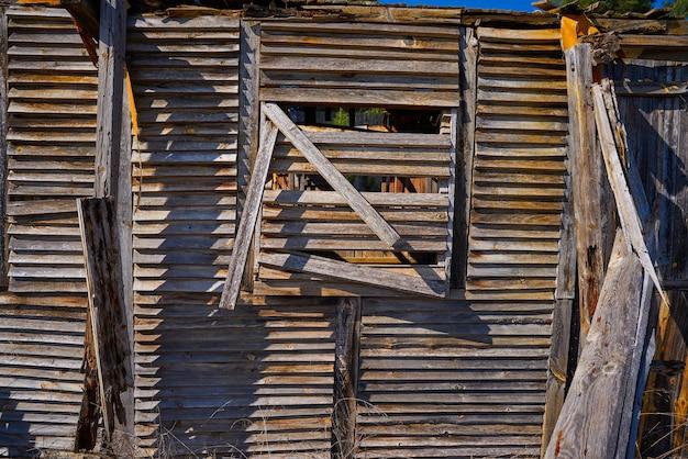 Altes hölzernes kabinenhaus zerstört durch hurrikan