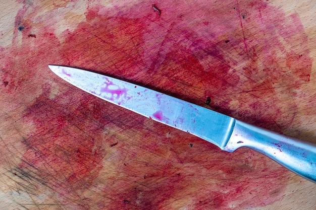 Altes hölzernes schneidebrett und messer nach dem schneiden von roten rüben in der küche