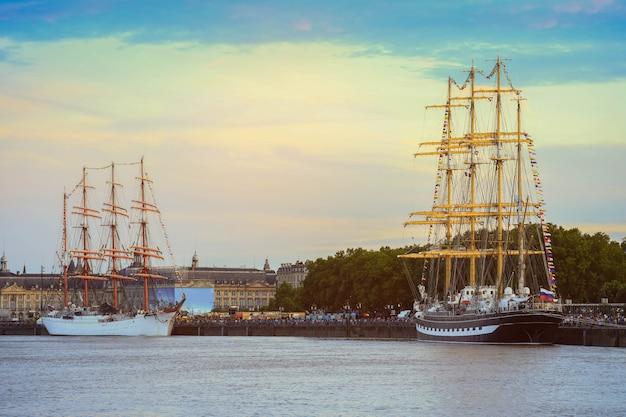 Altes hölzernes segelschiff in einem hafen