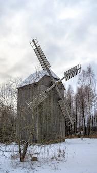 Altes hölzernes windmil, belarussisches landesmuseum für volksarchitektur, region minsk, azjarco-dorf, weißrussland