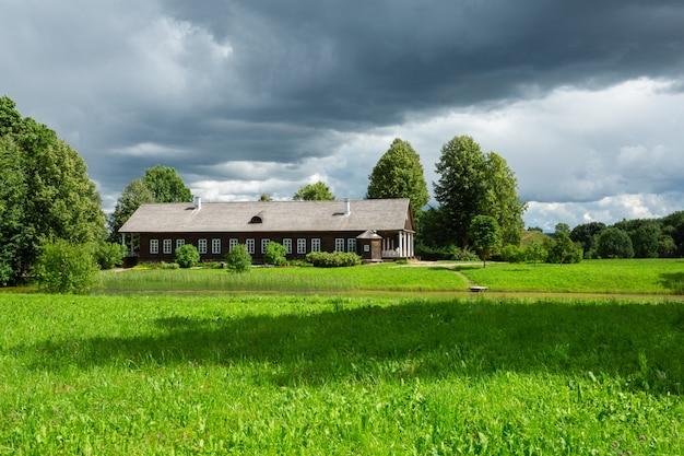 Altes holzhaus in der schönen landschaft der region pskow, russland.