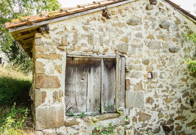 Altes holztor der weinlese im traditionellen steinhaus