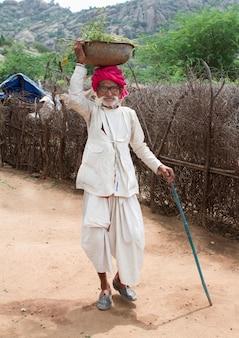 Altes indisches ländliches mannporträt vom dorf rajasthan-indien,
