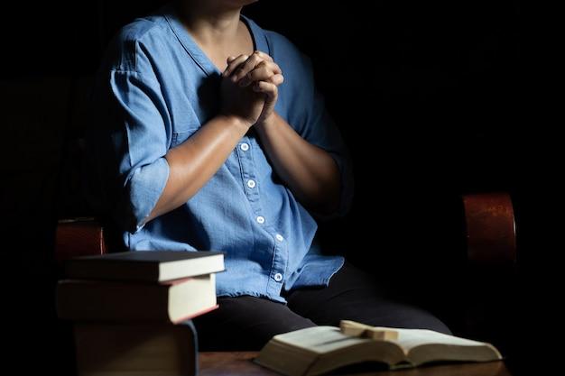 Altes kirchenkreuz und bibel auf holz