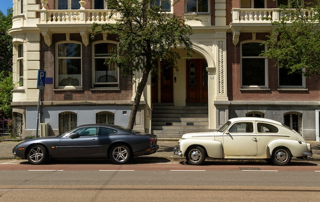 Altes klassisches auto und neues modernes auto