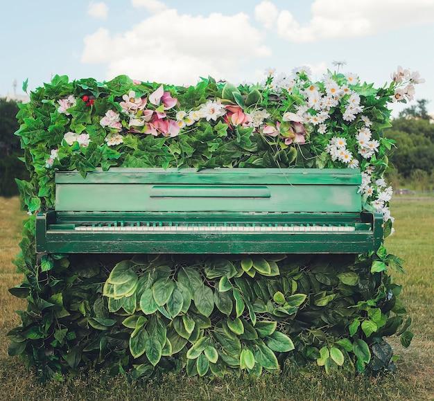 Altes klavier in schönen blumen.