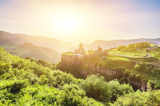 Altes kloster in der untergehenden sonne. tatev. armenien