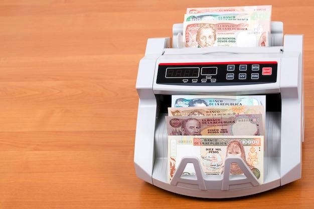 Altes kolumbianisches geld in einer zählmaschine