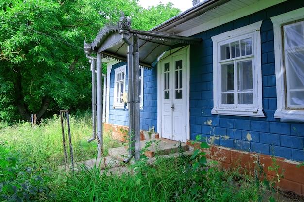 Altes landhaus mit baldachin über dem eingang