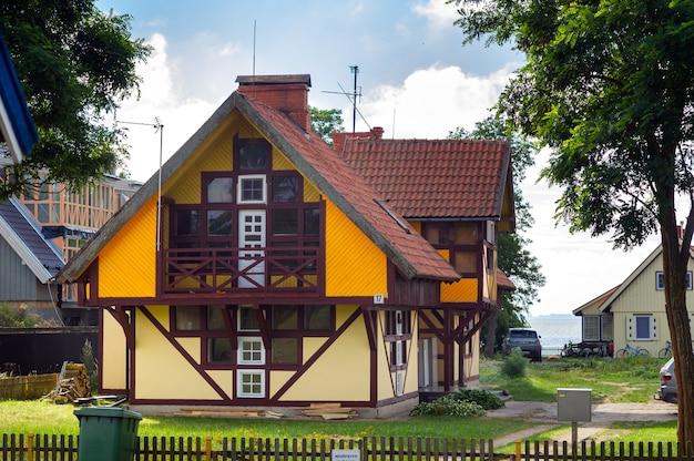 Altes litauisches traditionelles holzhaus im dorf