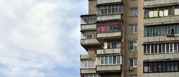 Altes mehrstöckiges mehrfamilienhaus in einer schlecht entwickelten region der ukraine oder russlands