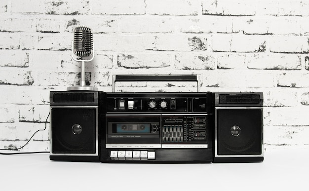 Altes mikrofon und kassettenrekorder