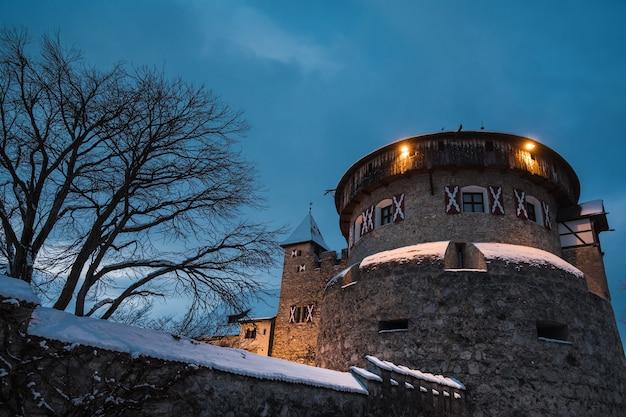 Altes mittelalterliches schloss in vaduz, liechtenstein. vintage-wahrzeichen. schloss vaduz ist palast und amtssitz des fürsten von liechtenstein