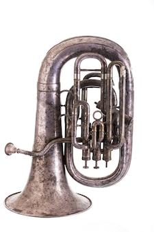 Altes musikalisches blasinstrument lokalisiert auf weißem hintergrund