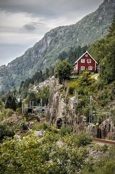 Altes norwegisches traditionelles haus am berg. norwegische landschaft