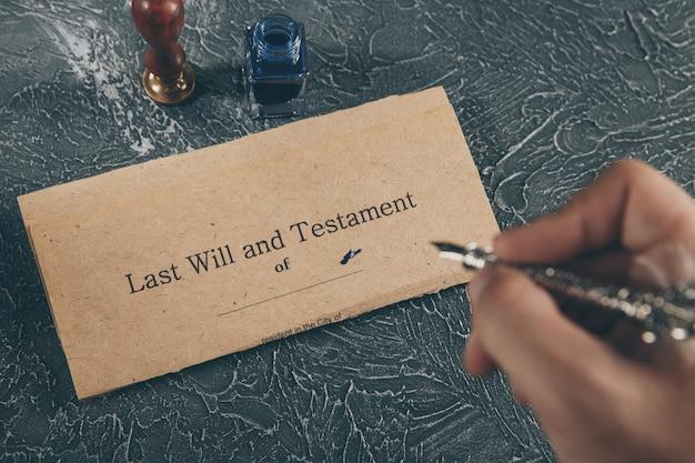 Altes notardokument auf dem schreibtisch isoliert.