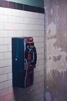 Altes öffentliches telefon in der u-bahn