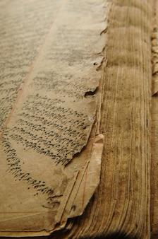 Altes offenes buch auf arabisch. alte arabische handschriften
