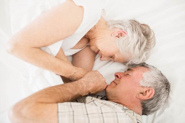 Altes paar im bett schlafen von angesicht zu angesicht
