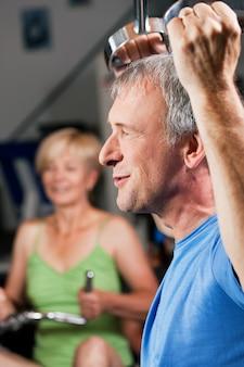 Altes paar im fitnessstudio trainieren