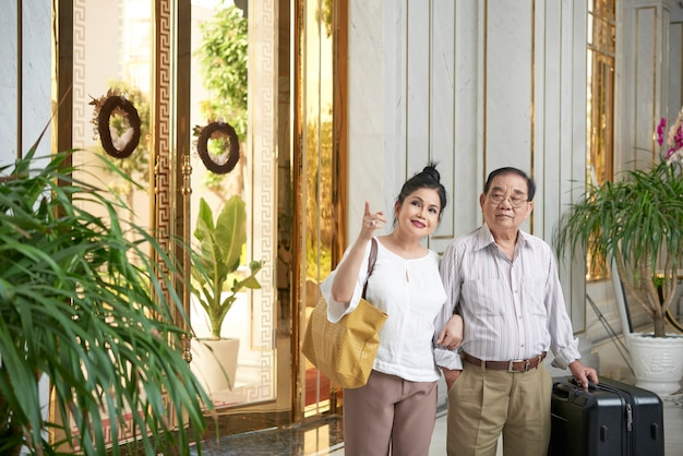 Altes paar im luxuriösen hotel