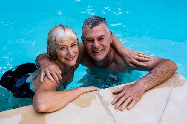 Altes paar im pool schwimmen