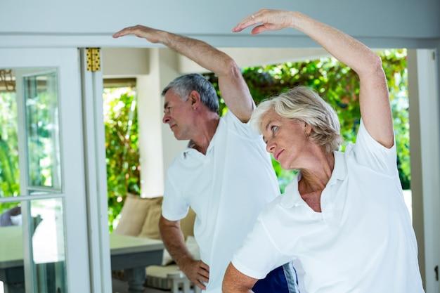 Altes paar macht aerobic