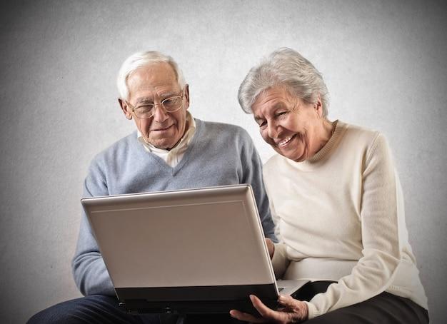Altes paar mit einem laptop