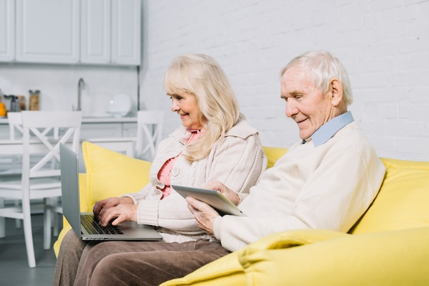 Altes paar mit laptop