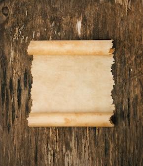 Altes papier auf dem holz