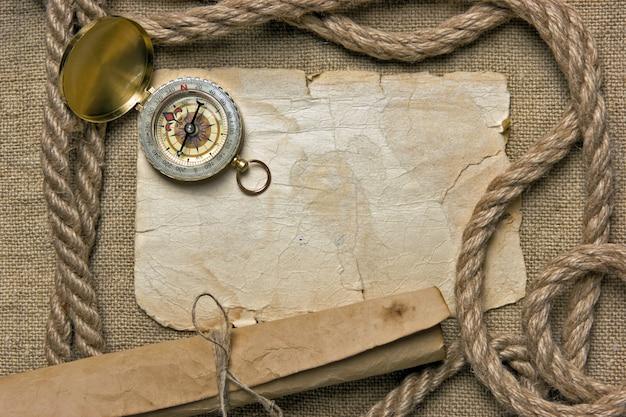 Altes papier mit kompass und seil auf leinwand