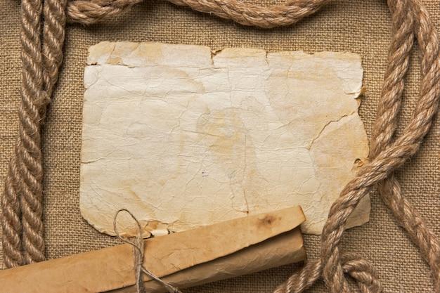 Altes papier und seil auf leinwand, rahmen