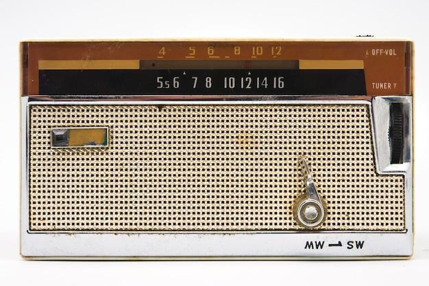 Altes radio auf weiß