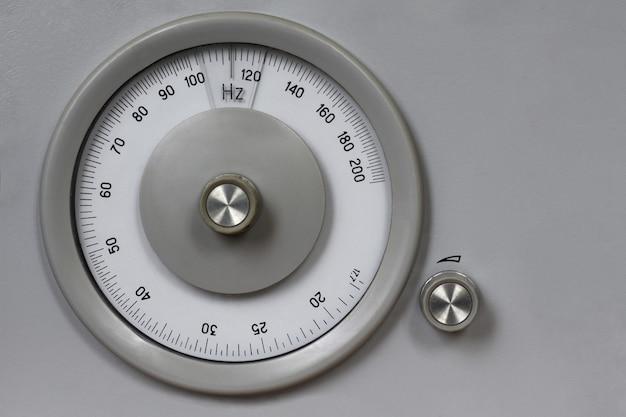 Altes retro- messendes analoges instrument für das messen der frequenz, radio, kopienraum, weinlese, hertz, runde maßskala, kreis
