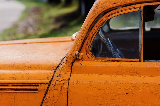 Altes retro-schmutziges auto. rostige raue metalloberflächenstruktur. vintage antikes sowjetisches russisches automobil