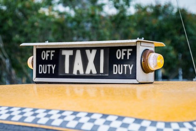 Altes retro-taxi auf den straßen warten