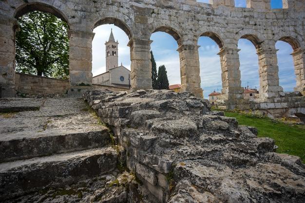 Altes römisches amphitheater in den pula, kroatien