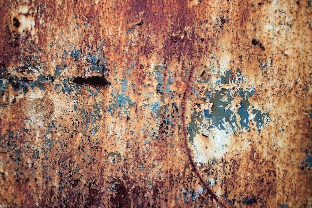 Altes rostiges eisen aus metall mit einer mehrfarbigen, verblassten farbe
